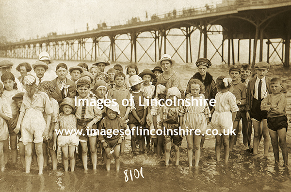 Anonymous_Group_of_Children_on_Cleethorpes_Beach_c1920s