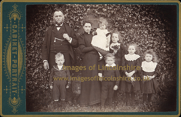 Victorian_Grimsby_Family_in_Garden_by_Jeffray